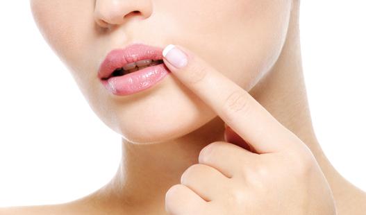 Почему появляются заеды в уголках рта и как лечить
