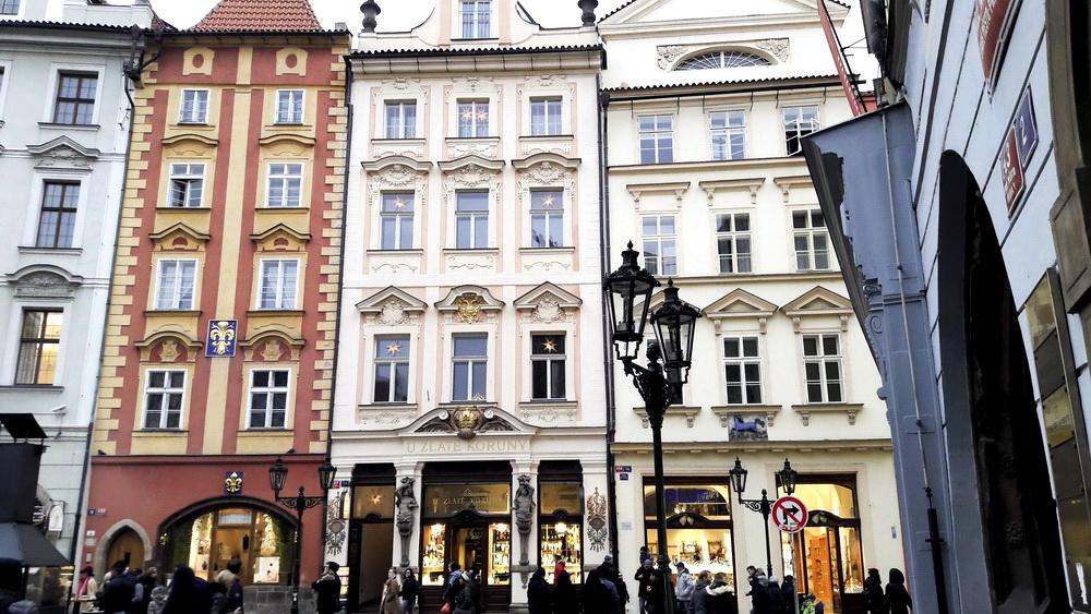 Загальний вигляд будівлі першої аптеки у Празі в будинку «У золотої корони» на Малій площі (Male Namesti)