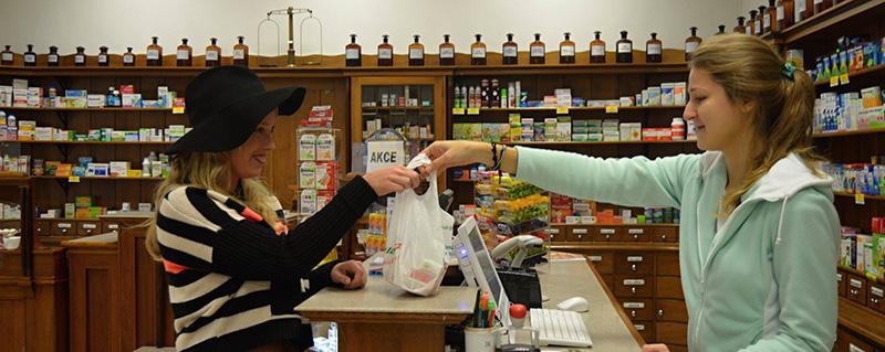 В інтер'єрі аптеки у 2014 р. (фото з архіву ліквідованої аптеки)