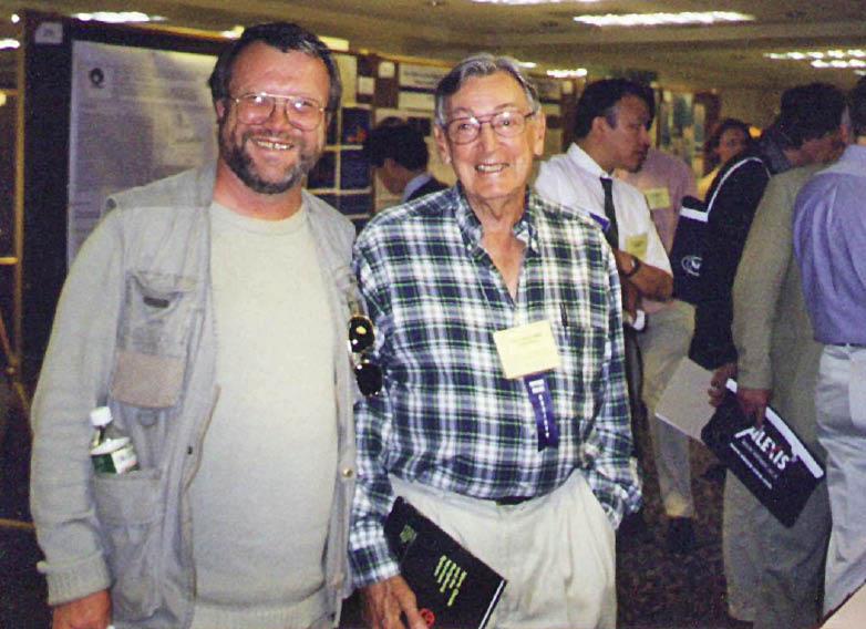 Лауреат Нобелевской премии Роберт Фарчготт (справа) и профессор Анатолий Соловьев на симпозиуме, посвященном азота оксиду (Сан-Франциско, 2001 г.)